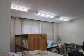 事務所の窓際で色確認をすることがあるそうです。 窓側には高演色性のLED蛍光灯を設置しました。