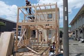 毎日、お客様の見守る中、 建て方工事始まりました。