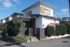 明るい家。 外壁を白く、お客様の御要望の緑色を取り入れ、雨樋も白へ変更。