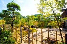 シンプルで癒やしを求める空間がテーマとなっており、縁側からお庭を眺められる様になっています。