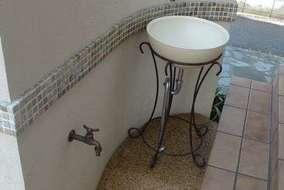 門塀のウラには手洗い用の立水栓をつけました。