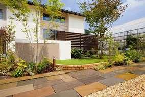 メンテナンスが楽であることを考慮し、テラスはタイル仕上げとし、ウッドフェンスもアルミ製です。