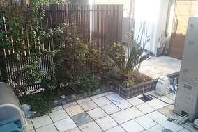 隣家との境界は、目隠しフェンスだけではなく、植栽を植える事で、より機能的でやさしい空間となりました