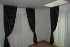 熱効率やバランスを考えて天井から床までのカーテンを入れました。部屋が高く感じます。