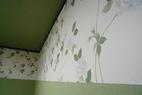 壁上面には、大き目のバラ柄のクロスでアクセント,結構オシャレ!!