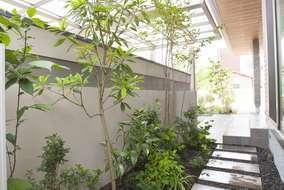 駐車スペースと塀の間に植栽スペースを設け直線の中にも柔らかさを演出しました