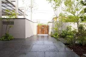来客用のアプローチは広々とし、建物の重厚感にみあった空間にデザインしました。