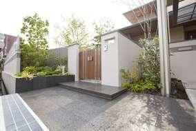 門周りは敢えて植栽を多めにし、来客を優しく迎えるスペースに。