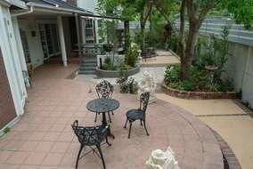 こちらは元々あったテラスです。施主様セレクトのオブジェが庭を引き立てています。