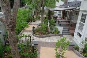 お庭の全体です。中央にはガーデンルームでお茶を楽しむことができます。