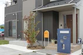 既存の黄色いポストにブルーの門柱がアプローチの印象を引き締めます。このジ色は息子さんが決めました!