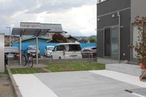 サブの駐車場はドマコンクリートを。サイクルポートも設置されました。