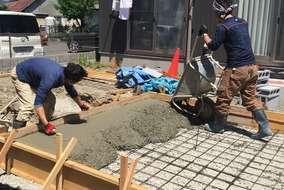 工事の様子。路盤を固め、鉄筋を組んだ後にコンクリートを流し込みます。全現場を寒冷地仕様で施工します。