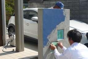 工事の様子。ジョリパットは現地で色味を決定。塗り方もご希望の方は立会いのもと決定いたします。
