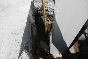 工事の様子。既存のコンクリートに設置する時はカットして柱を埋設します。深さもしっかり確保します。