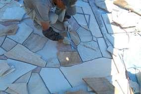 石貼り工事の様子。自然石だからと言って雑に並べては美しくありません。1枚1枚丁寧に位置を決めます。