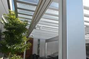 カーポートの屋根はポリカーボネートです。遮熱タイプなど色と仕様が選べます。