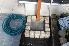 立水栓と水鉢を設置しました。ピンコロの水鉢が可愛らしく既存の枕木花壇にもマッチします。