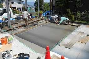 工事の様子。コンクリートを打設してならしている所です。天気や気温を見ながら仕上げていきます。
