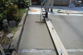 工事の様子。コンクリートに刷毛を引いている所です。滑り止めの効果があります。