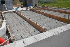 工事の様子。型枠を組み、路盤を固め、鉄筋を設置している所です。ここにコンクリートを流し込みます。