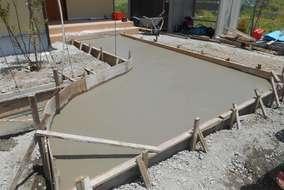 工事の様子。アプローチを施工している所です。コンクリートが乾く前に専用の粉をまいて色を付けます。
