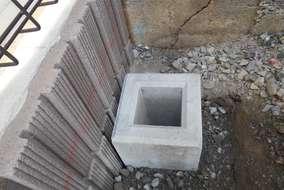 工事の様子。フェンスブロックを据えている所です。沓石はミリ単位の調節で正確に据えます。
