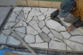 工事の様子。同じ形のない自然石は1枚1枚石とにらめっこをしながら位置を決めて行きます。