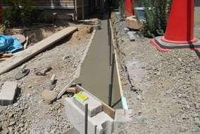 工事の様子。境界ブロックの基礎の工事です。ブロックには鉄筋を適切に配することで強度を高めます。