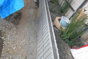 工事の様子。ブロックを積み上げ、天端はモルタルを詰めて仕上げます。