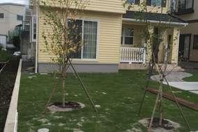 植栽の様子。手前のホワイトカラーのフェンスはお施主様のセルフビルド。家の外壁とマッチしています。
