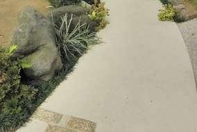 駐車スペースから玄関へのアプローチに、景石を並べ砂利を敷き平らにならしました。