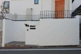 表札、門灯、フェンスと、玄関扉や外壁の統一感があります。グレードの高い仕上がりになっています。