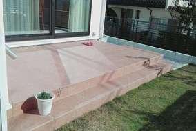 ステップも設置したので、リビングからお庭の移動が楽々ですね。