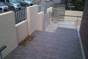 玄関アプローチにも花壇スペースを作っています。