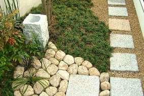 和室前のアプローチは和風素材で、管理しやすい植物を植えています。