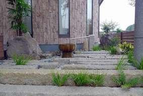 雨水が当たらない、この場所は、施主様支給の古い長石や水鉢で水場の空間をアレンジしました。