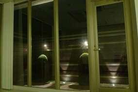 夜でも室内ブラインドを明けられる様になりました。