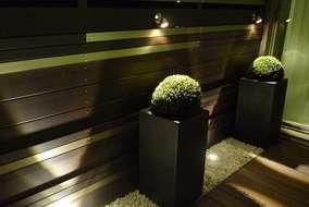 板塀は、本物の板材ではなくアルミ製の木材に見える製品です。 照明を上と下から当て、光の演出をしました