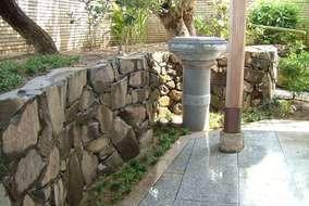 玄関前は根府川石で既存の灯篭は花台としてリフォームしました