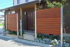 玄関横にシンプルなデザインの機能ポール モデアを設置。