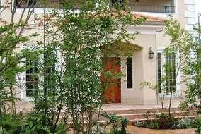 緑の間から見える玄関