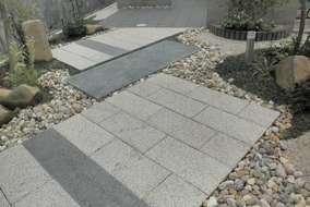 斜めのラインが庭のアクセントとなっています。