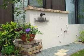 門塀のまわりりは古レンガでやさしい感じに