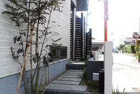 建物横のアプローチ