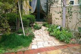 芝だった裏庭も使いやすい様にアプローチをつけました