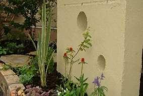 壁の前も小さな植栽スペースです