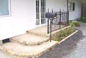 来客用出口は古レンガの階段と植栽を付け加えました