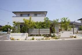 新築の家を引き立てる、四季の移ろいを感じさせるシンボルツリーを植栽しました