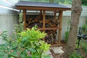 大工さんに作成していただいた昌三園デザインの薪小屋です